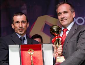 Juan Carlos Noriega recibió su premio de manos de Jorge Novo de Renault